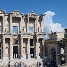 エフェソス遺跡を象徴するケルスス図書館