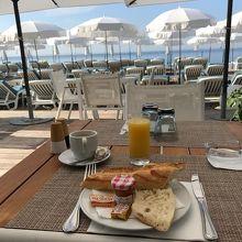 ニースのビーチで朝食