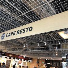 店内に大型カフェ