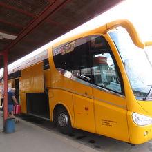 STUDENT AGENCY社のバス