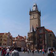 歴史ある建物が囲む大きな広場です