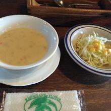 セットのコーンスープとキャベツのサラダ