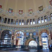 歴史的なフレスコ画が見れる素敵な駅