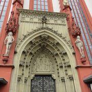 教会の入口の門のアーチ・・・