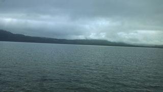 いたるところに温泉がある大きな湖