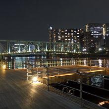 夜のボードウォークの景色