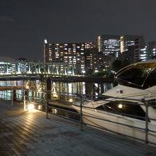 天王洲ピアに停泊中のボートとふれあい橋方面の夜景