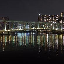 天王洲運河に架かるふれあい橋品川駅港南口方面へと歩いていける