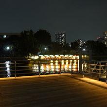 天王洲運河に浮かぶ屋形船