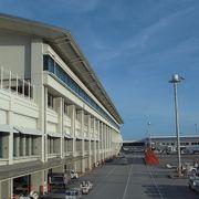 隣の国際線ターミナルが大きくなった。