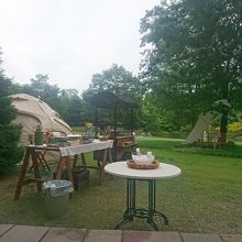 中庭で朝食にワッフルが食べられる