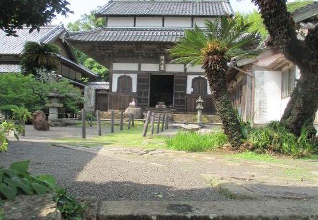仏殿には、「師子窟」の扁額が掛かっていました