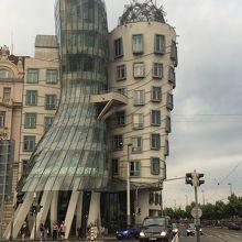 ユニークな建物。もつれあう男女?