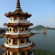 池の周りに豪華な廟がたくさんあります。