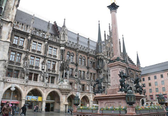 歴史ある重厚な新市庁舎。広場の代表的な建築物です。