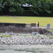飛騨川の河川敷に噴泉池があり