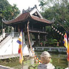 池の上の一本足の寺