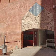 音楽堂入口向かって左、この奥にガイドツアーの窓口があります。