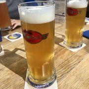 ミュンヘン空港内にある醸造所 屋外の気持ちの良い空間で無濾過ビールが飲める