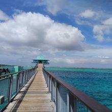海中展望塔までの海の色が美しい