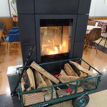 2階の食堂には暖炉が燃えていました