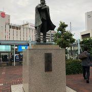 桃太郎像の近くにあります