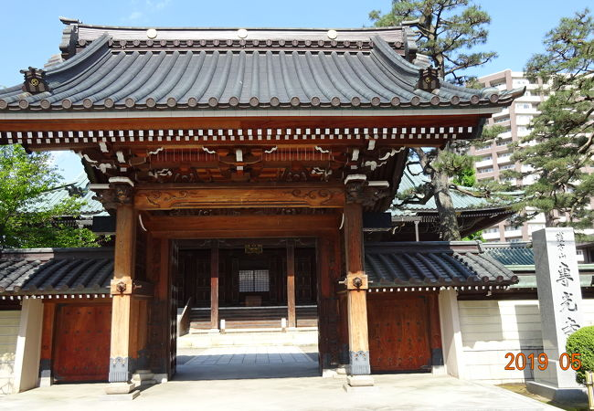 お寺の向こうには金沢の駅前の高層ビルが見えます。東京の新宿に例えれば伊勢丹辺りにこんな大きなお寺があるということです。
