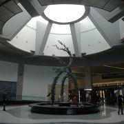 コンパクトで使いやすい空港。市内近いためUber利用でホテルにも楽々アクセス。