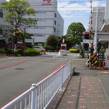 京急鈴木町駅の目の前、道路の足跡に従って進みましょう!