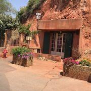 赤土の壁とお花のコントラストが素敵