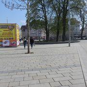 右手に小さな公園に隣接した広場・・・