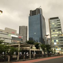 駅前の大きなビルです