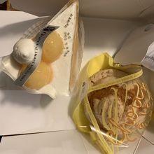 シュークリームと桃のケーキ