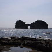 海に浮かぶ円月島