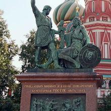 英雄ミーニンとポジャルスキー侯爵の像