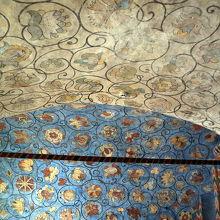 階段の天井のモザイク
