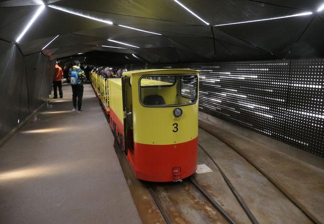 曲がりくねる鍾乳洞を走るトロッコ列車
