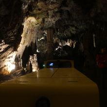 洞窟内を走るトロッコ列車から沢山の鍾乳石を見ることができます