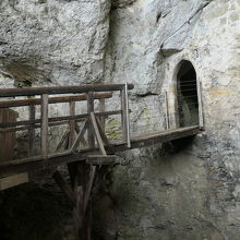 城上部で洞窟に繋がっていました