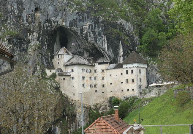 難攻不落の洞窟城は必見です