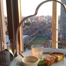 新大阪駅を見下ろしながらハイティーディナー