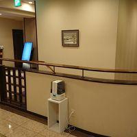 一階エントランスより、2階フロントへの階段