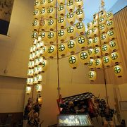 週末には東北三大祭りの一つ、秋田竿灯祭りの実演を見ることができます