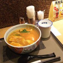カレーきしめん(920円)。麺や丼はミニサイズもありますよ
