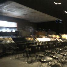 お芝居、前方は平らなところにパイプ椅子でした
