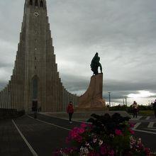ハットルグリムス教会の前に建つ像