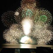 海中で上がる扇型花火が珍しい