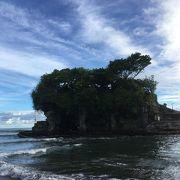 皆さん、夕日を見に来ます。大海原に浮かぶ、美しいタナロット寺院、お勧めです。