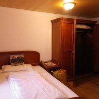 シングルルーム。ドア横に大きなクローゼット