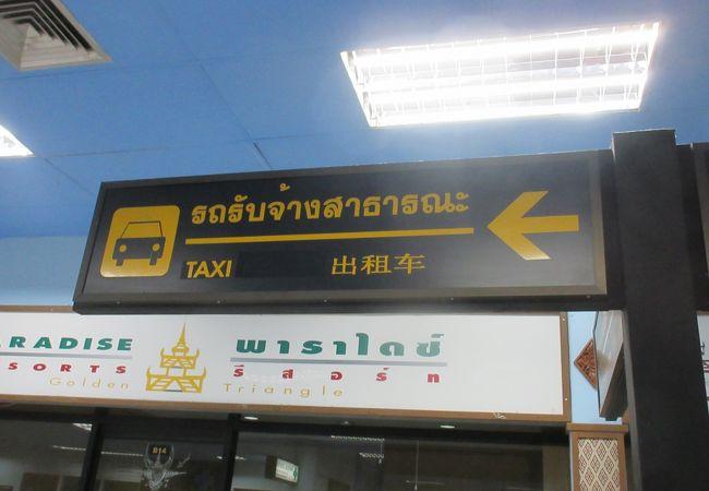 タクシーは到着口を背にして左側(はしっこでした)